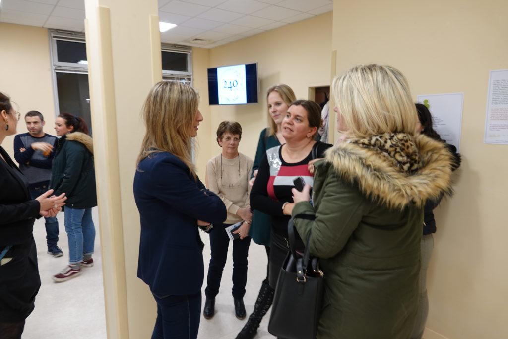 Aude Lagarde échange avec l'équipe du SESSAD