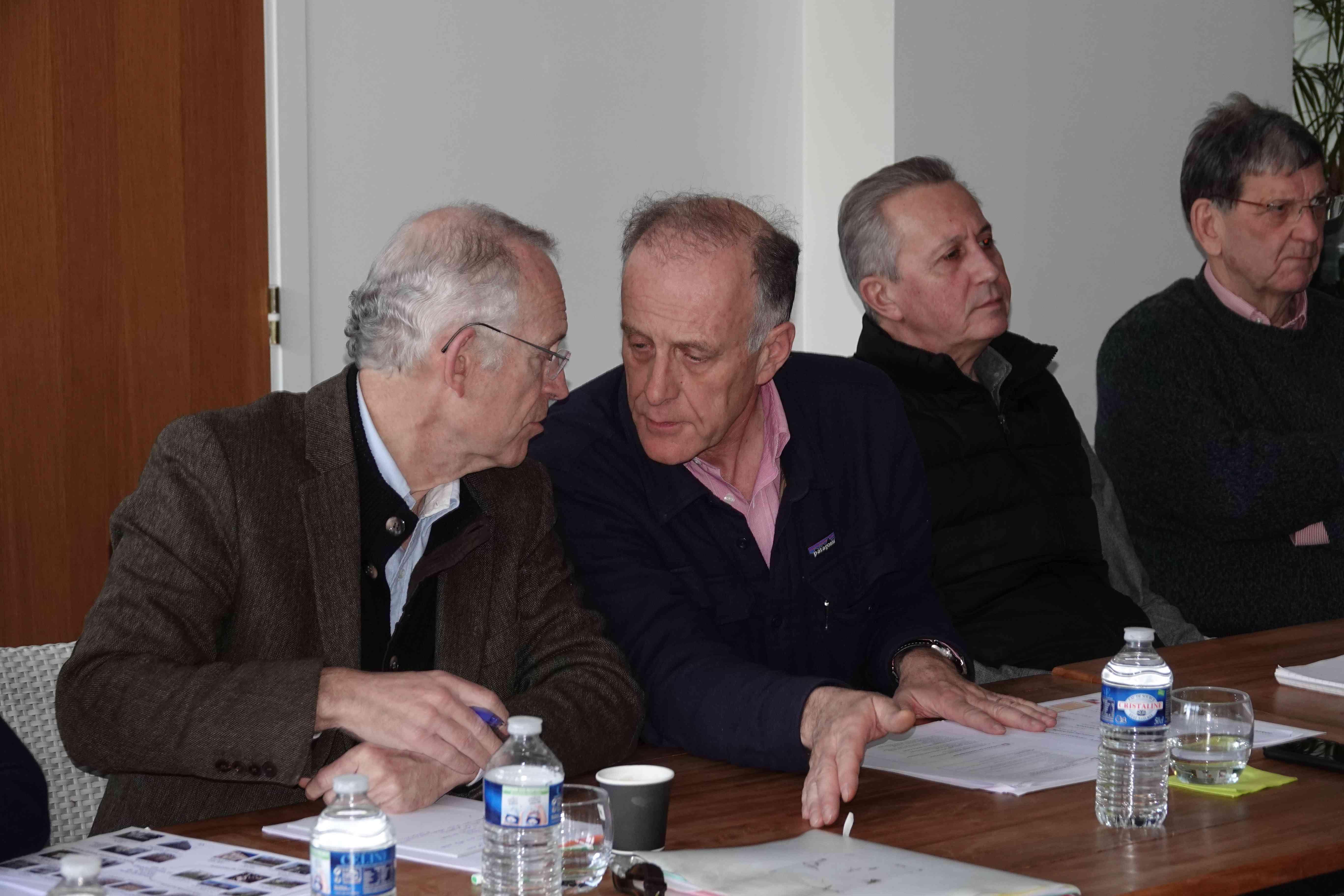 Louis de Montferrand (à gauche) consulte un membre du bureau.