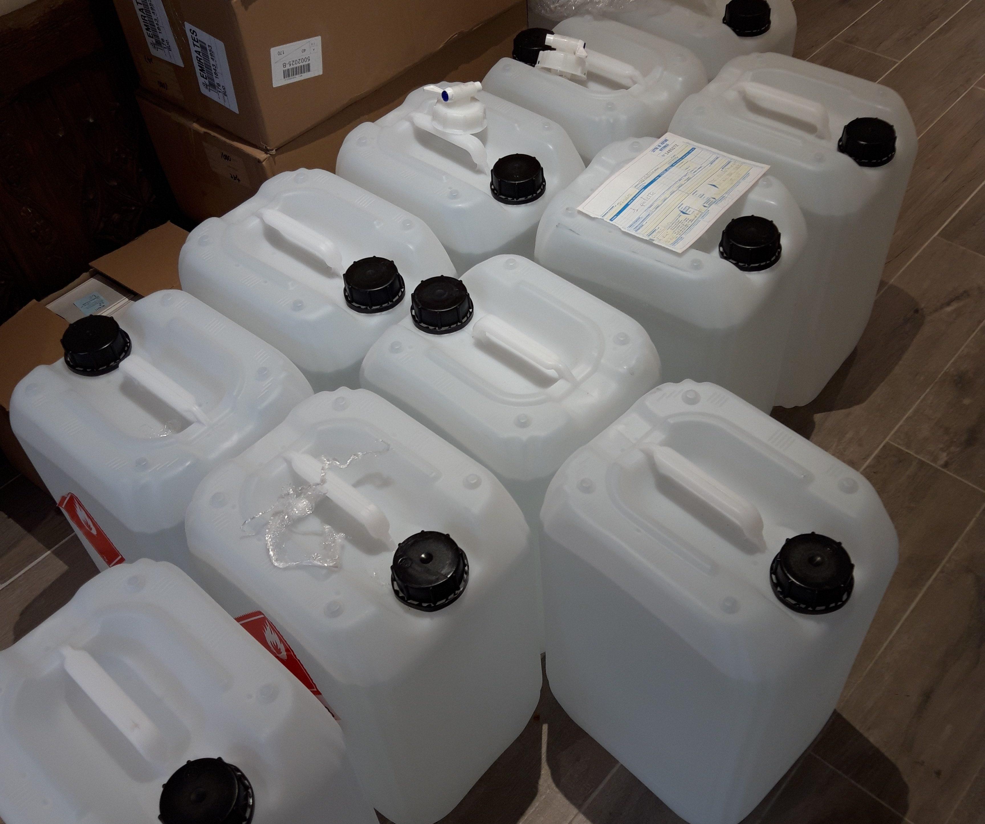 Bidons de solution hydroalcoolique en attente de livraison