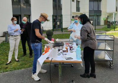 Crèpes party offerte par un restaurateur, à lEhpad Zemgor