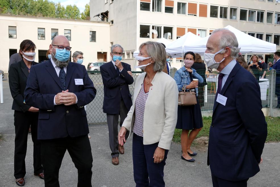 Sophie Cluzel avec Marc Devaux, directeur de l'IEM le Château de Bailly, et Louis de Montferrand