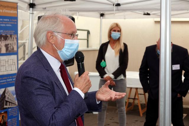 Bertrand Hillion, membre de la Société Philanthropique, accueille les personnalités