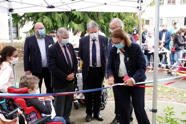 La députée, Véronique Piron, coupe le ruban du jardin sensoriel