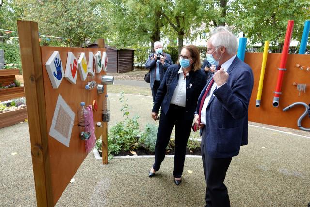 Bertand Hillion et Véronique Piron admirent les réalisations des jeunes