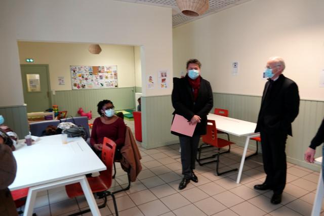 Eric Lejoindre, Maire du 18ème, et Louis de Montferrand, Président de la Société Philanthropique, rencontrent une personne accueillie à l'ESI
