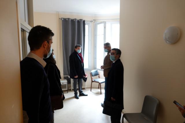 Eric Lejoindre (au centre) visite l'une des chambres du CHS