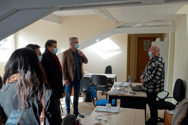 Eric Lejoindre et François Labarthe échangent avec un travailleur social du CHS