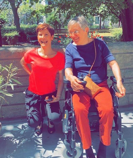 Maryvonne Crèche, Directrice de la Résidence Greffulhe, avec un résident
