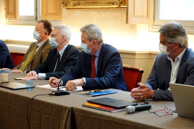 Des administrateurs avec, à droite, François Labarthe, Directeur Général de la Société Philanthropique.