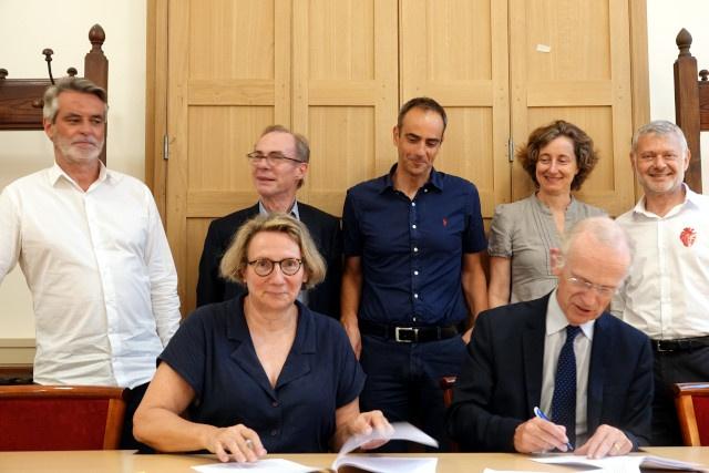 Les signataires avec (à gauche) François Labarthe, Directeur général de la Société Philanthropique, et (au milieu) Benjamin Ledoux, directeur du Comité Parisien.