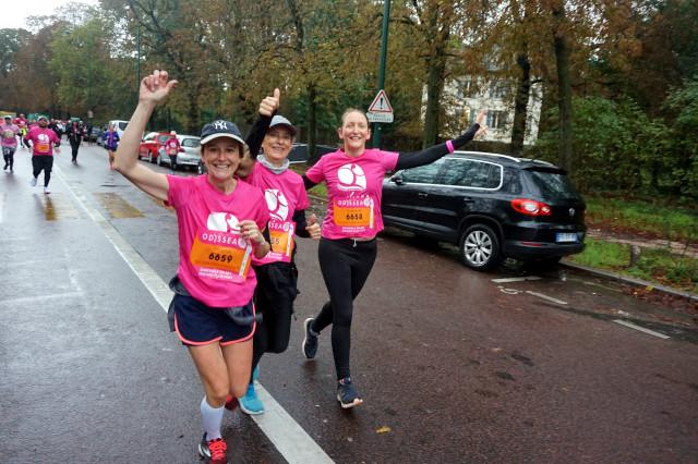 Trois participantes engagées sur le 10KM course.